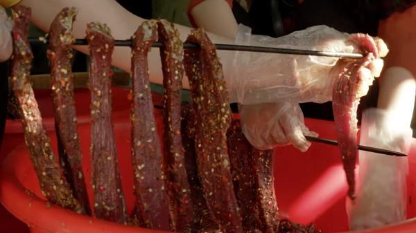 """Đến Yên Bái, """"đột nhập"""" để thấy món thịt trâu gác bếp nức tiếng được làm kì công và hấp dẫn thế nào"""