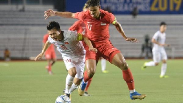 Tìm ra Info cầu thủ Singapore va chạm khiến Quang Hải đau đớn rời sân sớm: Chiều cao khủng hơn cả Văn Hậu, có bố là HLV trưởng của đội