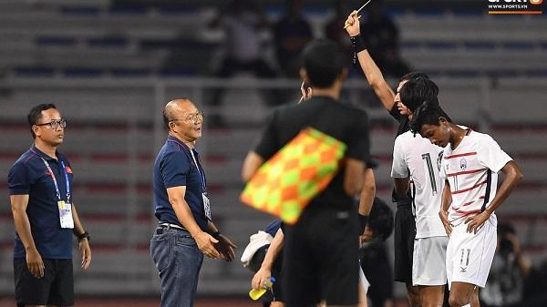 Học trò bị phạm lỗi, nhưng HLV Park Hang-seo phải nhận thẻ vàng vì lao ra phản ứng trọng tài