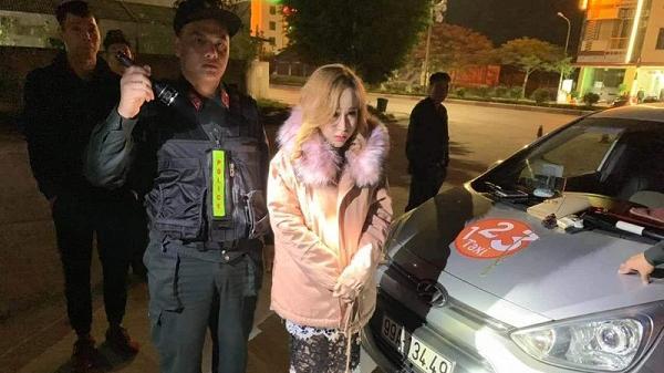 Kiểm tra nồng độ cồn lái xe taxi, phát hiện khách hot girl mang ma túy