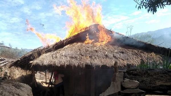 Điện Biên: Đốt lửa sưởi ấm, một nhà dân không may bị cháy rụi
