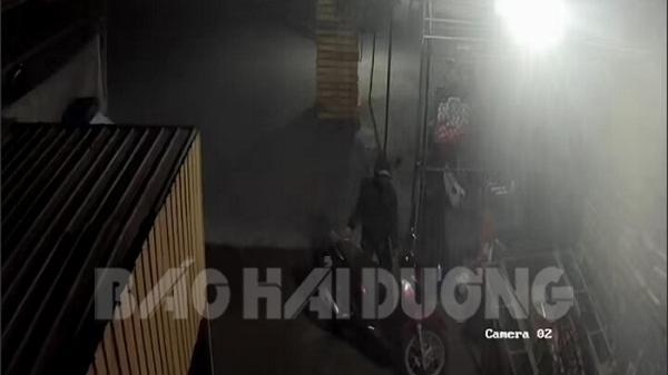 2 đối tượng che mặt lấy trộm xe SH