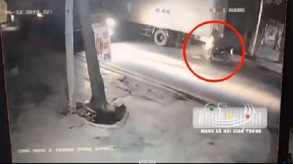 Video: Tông đuôi xe tải ngã ra đường, người đàn ông bị container cán chết thảm
