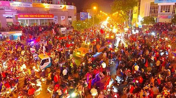 Hàng nghìn người dân TP Hải Dương xuống đường ăn mừng chiến thắng
