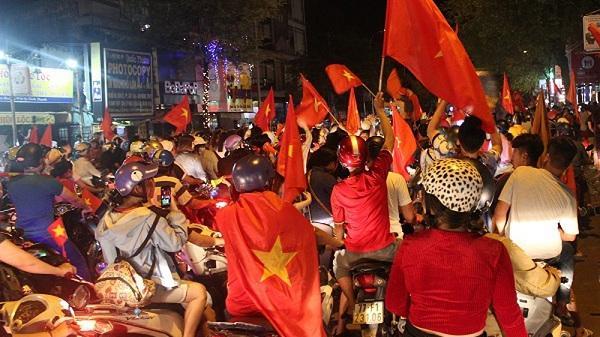 Người dân Tp. Điện Biên Phủ đổ ra đường ăn mừng chiến thắng của tuyển Việt Nam