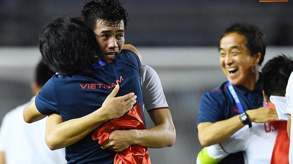 """Cầu thủ U22 Việt Nam bật khóc, ôm chặt để tri ân những người thầm lặng, """"chẳng ai để ý tới"""""""