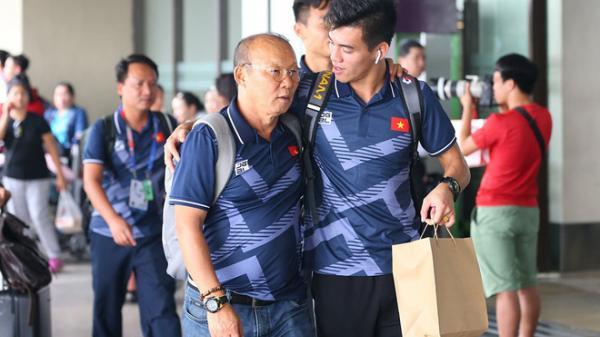 Cha mẹ Tiến Linh bay từ TP.HCM ra Hà Nội đón con trai