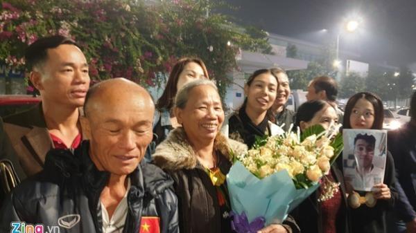 Bố mẹ cầu thủ Tiến Linh bay từ Sài Gòn ra Hà Nội chào đón con trai cùng đội tuyển U22 Việt Nam về nước