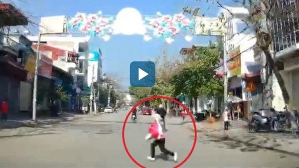Điện Biên: Clip tài xế đánh lái cứu bé gái đột ngột lao sang đường