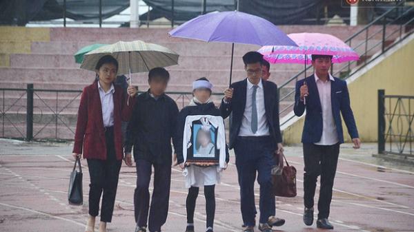 Ngày tuyên án vụ nữ sinh giao gà bị sát hại ở Điện Biên: Hàng trăm người dân đội mưa đến theo dõi phiên toà