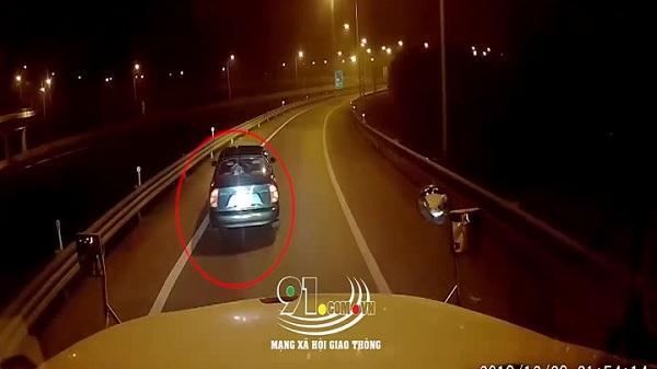 Video: Xe biển xanh đi lùi trên cao tốc Hà Nội – Hải Phòng gây bức xúc