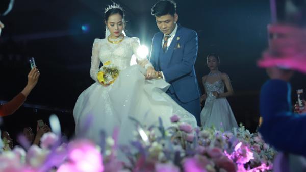 """""""Ly kỳ"""" như đám cưới hoành tráng của Trung Ruồi và cô dâu xinh đẹp: Chú rể đẩy sớm giờ làm lễ, vội vã chạy sô"""