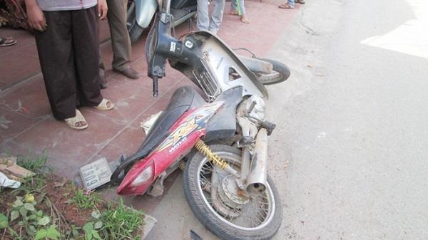 Hai thanh niên bị tai nạn khi sang đường