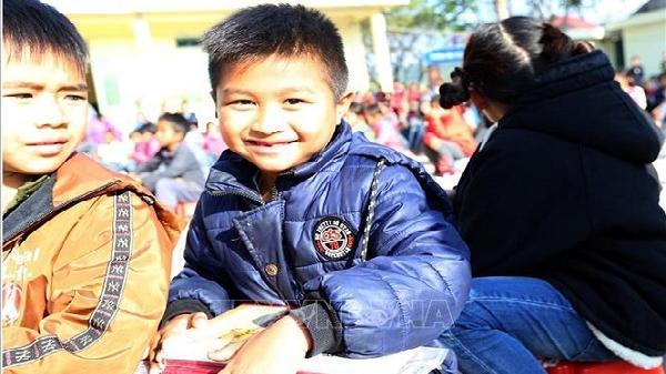 Ấm áp chương trình 'Cùng em đến trường' tại Mường Nhà, Điện Biên