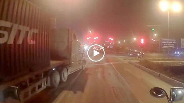 Video: Xe tải đứng chờ đèn đỏ bị xe container tông thẳng vào đuôi xe