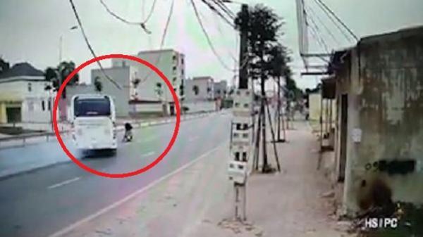 Video: Tài xế xe khách xử lý xuất thần, cứu cụ ông sang đường ẩu