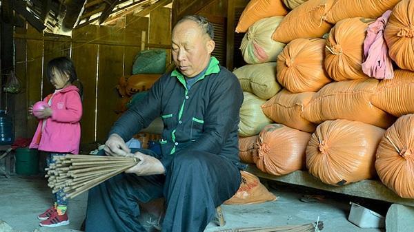 Nghề làm hương truyền thống của dân tộc Mông