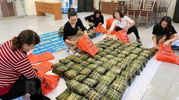 Phụ nữ TP Hải Dương gói bánh chưng tặng người nghèo