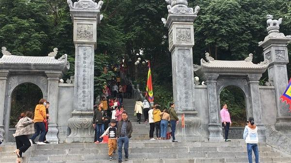 Đầu năm người người nô nức về đền Cao xin tài lộc cầu may