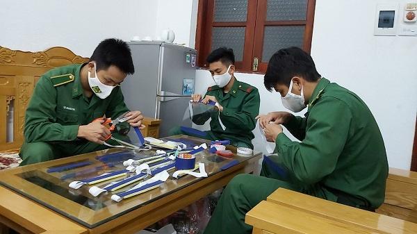 Đồn Biên phòng Y Tý tự chế mũ kính phòng, chống dịch Covid-19