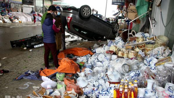 Hà Nam: Xe ô tô CRV đâm vào ki-ốt bán hàng ở chợ Bầu làm 4 người bị thương