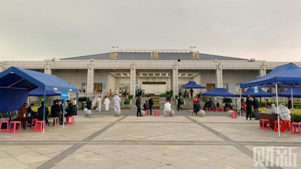 Vì sao Vũ Hán có 2.500 người t.ử v.ong vì COVID-19 nhưng dân lại xếp hàng nhận cả chục nghìn bình cốt?