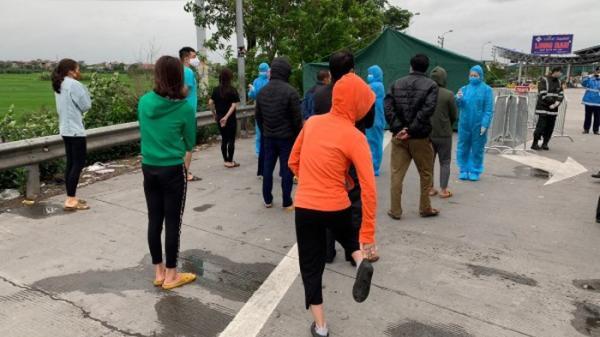 Phát hiện xe khách chở hàng chục người về Hà Nội
