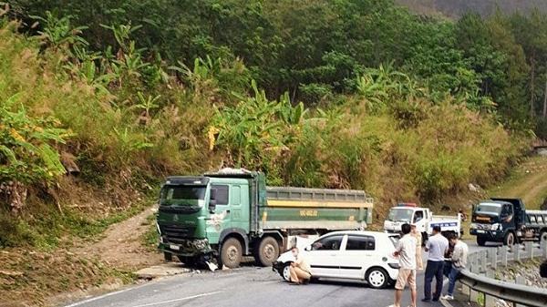 Va chạm xe tải, 2 người bị thương