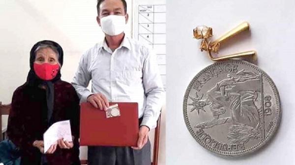 Cụ bà 90 tuổi ở Phú Thọ ủng hộ đôi bông tai vàng chống dịch Covid-19