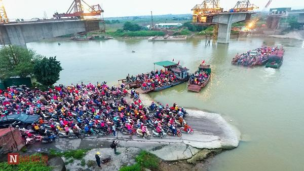 Hải Dương: Nghìn người chen chân chờ hàng giờ để lên phà