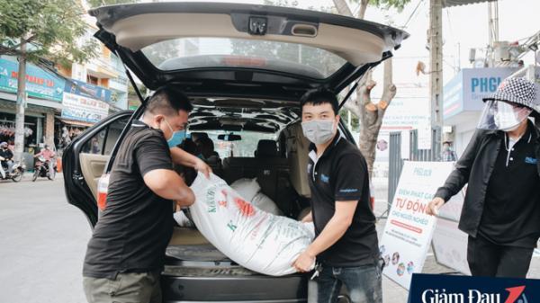 """Người Sài Gòn ùn ùn chở gạo đến góp, máy """"ATM"""" cũng nhả gạo như nước cho người nghèo"""