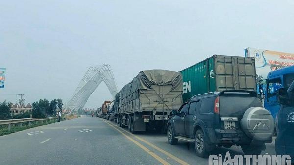 """Hàng trăm xe tải đang """"mắc kẹt"""", ùn ứ kéo dài từ Hải Dương sang Quảng Ninh"""