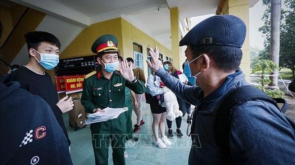 80 người hoàn thành thời gian cách ly tại Hòa Bình được đoàn tụ với gia đình