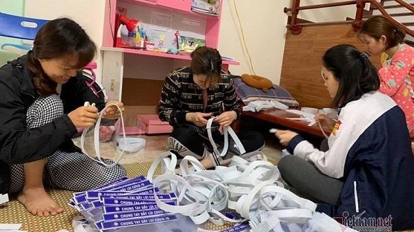 Hải Dương: Cô giáo làm 6.000 mũ chắn giọt bắn tặng mọi người