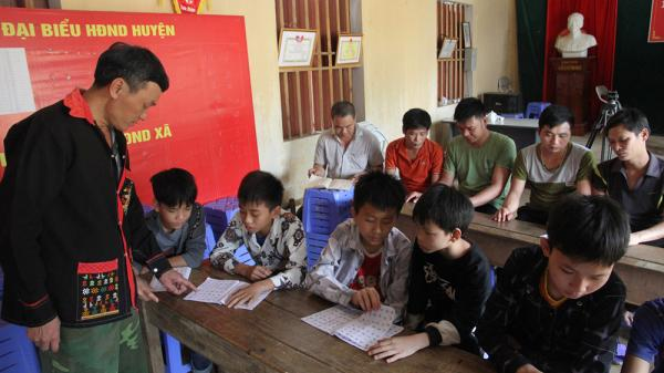 Lớp học đặc biệt ở Phú Thọ: Thầy giáo...mù chữ, cha con học chung lớp