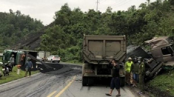 Nhiều xe tải nặng đâm liên hoàn, lật ngửa trên Quốc lộ 6