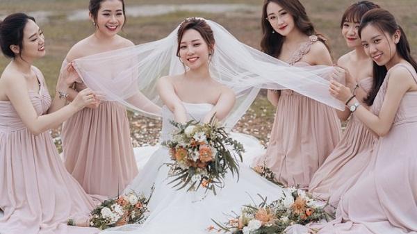 Cô dâu chú rể đã đẹp đôi lại chụp cùng hội bạn thân toàn cực phẩm, một khung hình toàn hàng chất lượng cao đây rồi!