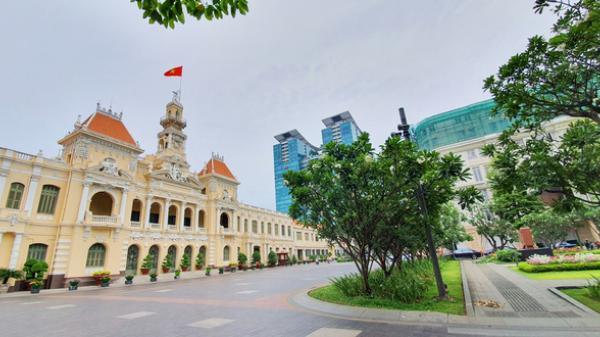 Chùm ảnh: Sài Gòn sáng thứ Hai không kẹt xe, đường phố đẹp và yên bình trong ngày cách ly toàn xã hội
