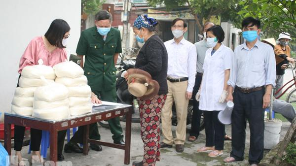 Hà Nam: Cựu học sinh THPT chuyên Biên Hòa tặng 750 kg gạo cho đối tượng khó khăn ở phường Trần Hưng Đạo