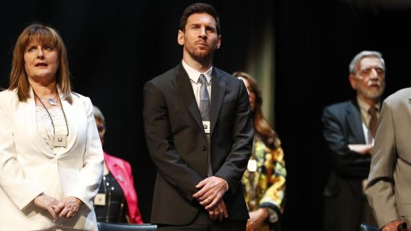 Messi nhận giải thưởng đầu tiên mùa này