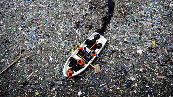 Úc: Sóng rác đưa 280 tấn rác thải nhựa lên đảo Cocos