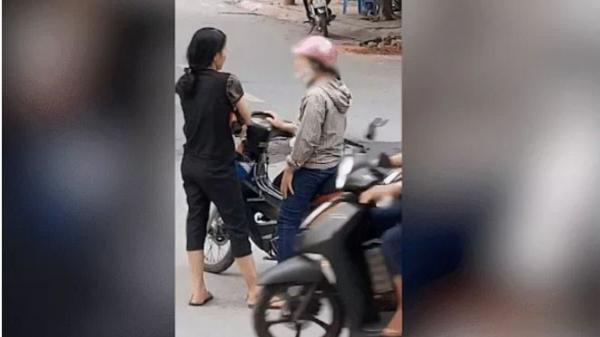 """CLIP: Hành động của 2 người phụ nữ khiến tất cả """"nóng mặt"""""""