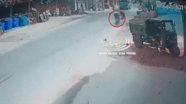 Clip: Người đàn ông chạy xe máy tự n.gã ra giữa đường, rồi v.ăng trúng đầu xe ben