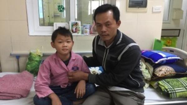 Hà Nam: Con mắc bệnh u.ng t.hư, bố mẹ nghèo bế con lên viện chỉ còn vài đồng lẻ