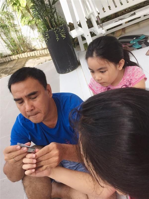 Không chỉ dành thời gian chơi đùa cùng các con, Quyền Linh còn sẵn sàng chăm sóc con bằng những hành động rất tỉ mỉ như cắt từng cái móng tay, móng chân cho con.