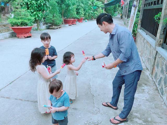 Khoảnh khắc nam ca sĩ giản dị vui đùa cùng các con nhiều lần khiến fan