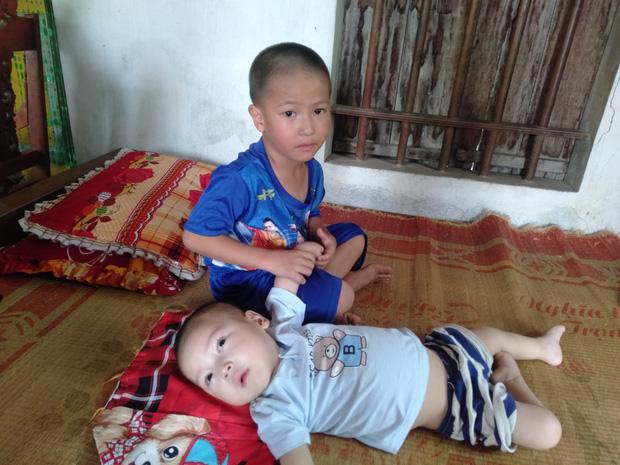 Bé Đăng bên em trai của mình