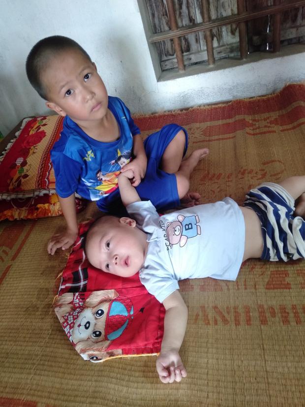 Ánh mắt cầu cứu của hai đứa trẻ bất hạnh.