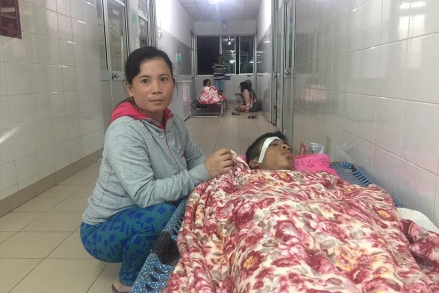Nạn nhân Phạm Phước Lễ đang được chị gái Phạm Thị Hồng từ quê lên chăm sóc.