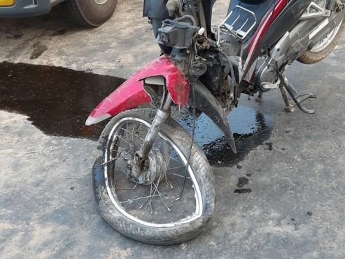 Một trong 2 xe máy bị hư hỏng, biến dạng.Ảnh: Báo Tin Tức